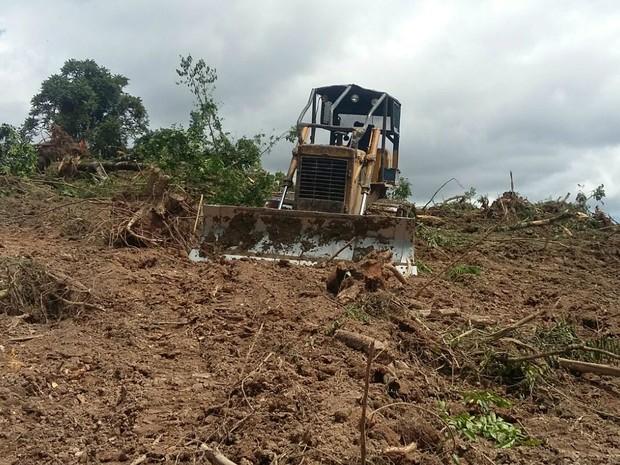 Trator usado no desmatamento foi apreendido em Irati (Foto: Divulgação/Polícia Ambiental)