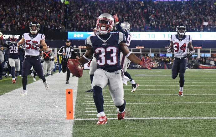 O  running back do New England Patriots Dion Lewis foi o nome do jogo da NFL (Foto: James Lang-USA TODAY Sports)