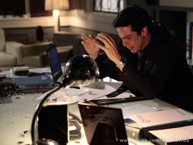 Félix quebra tudo em sua mesa (Foto: Pedro Curi/TV Globo)