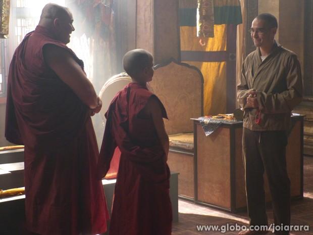 Sonan entrega votos de monge e aparece com roupas normais (Foto: Joia Rara/TV Globo)