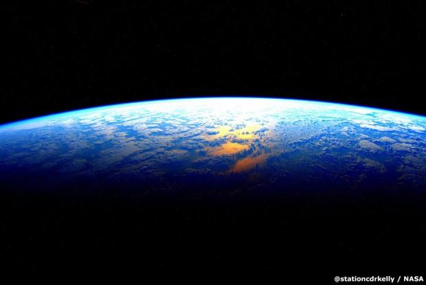 Não surpreende que, na última noite de Scott, ele tenha postado uma foto da Terra. 'Contagem regressiva. Terra: estou chegando amanhã', escreveu (Foto: Scott Kelly/Nasa)