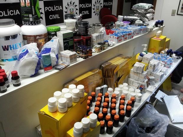 Suplementos e drogas foram apreendidos em Porto Alegre (Foto: Josmar Leite/RBS TV)