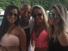 Emerson Sheik posa ao lado de mulheres: 'Amizade é tudo'