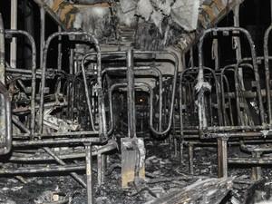 Ônibus ficou destruído após ser incendiado no bairro Monte Cristo, em Florianópolis. O ato foi feito por homens armados que expulsaram os passageiros antes do incêndio. Outros 2 coletivos foram incendiados no mesmo dia após rebeliões em presídios de SC (Foto: Eduardo Valente/AGP/Estadão Conteúdo)