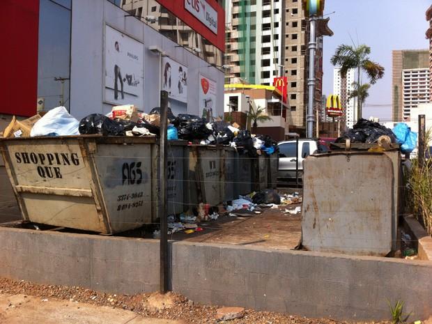 Lixo se acumula em frente ao Shopping Quê, na região de Águas Claras (Foto: Juliana Zanini/ VC no G1)