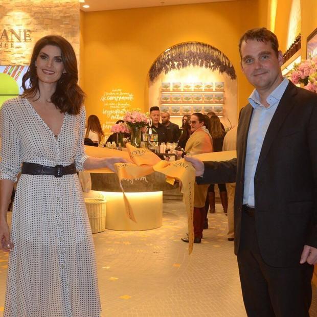Nicolas Geiger, herdeiro do grupo L´Occitane, com a modelo Isabela Fiorentino durante inauguração de loja no Shopping Iguatemi, em SP (junho de 2016) (Foto: Divulgação - Facebook L´Occitane)