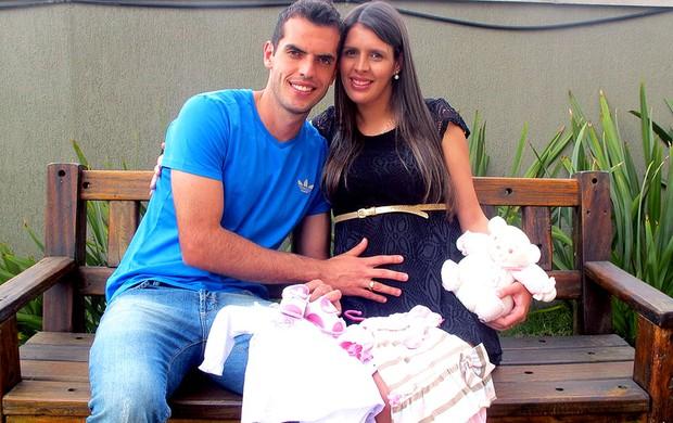 Rhodolfo com a esposa e o sapatinho de bebê (Foto: Marcelo Prado / Globoesporte.com)