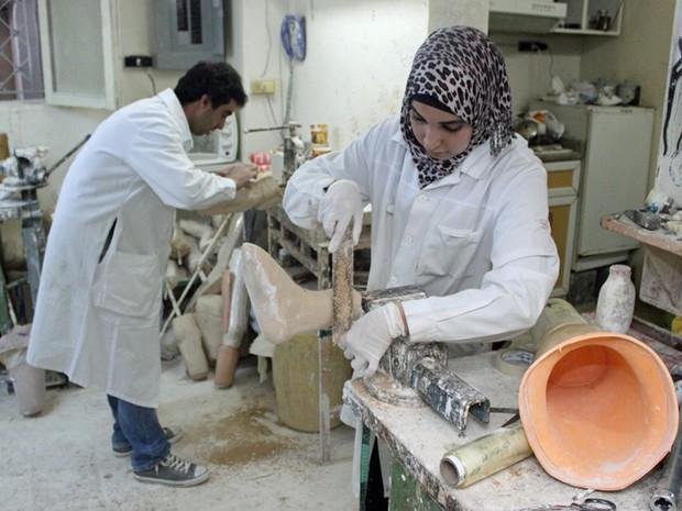 Vítimas que perderam membros precisarão de cuidados para o resto da vida. Esta oficina em Amã monta próteses de pernas para pessoas feridas no conflito sírio (Foto: Stuart Hughes/BBC)