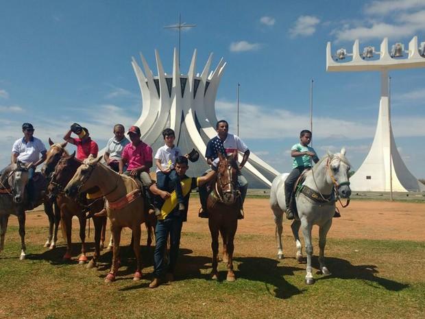Vaqueiros em frente à Catedral de Brasília durante protesto contra proibição de vaquejada (Foto: Elielton Lopes/G1)
