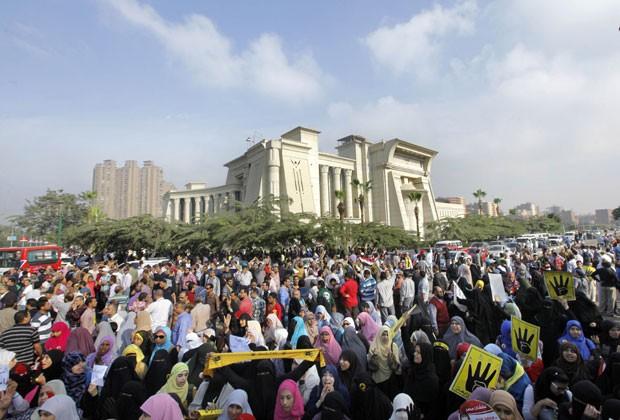 Apoiadores de Morsi protestam em frente à Academia Militar, onde acontece o julgamento do ex-presidente, nesta segunda-feira (4) (Foto: Amr Nabil/AP)