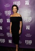 Catherine Zeta-Jones usa pretinho básico em evento nos Estados Unidos