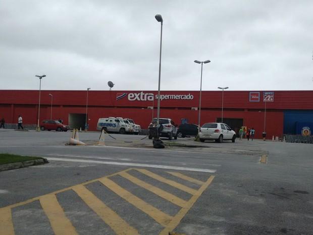 Carro-forte foi alvo do assalto na frente do supermercado (Foto: Cadu Alves/ Inter TV)