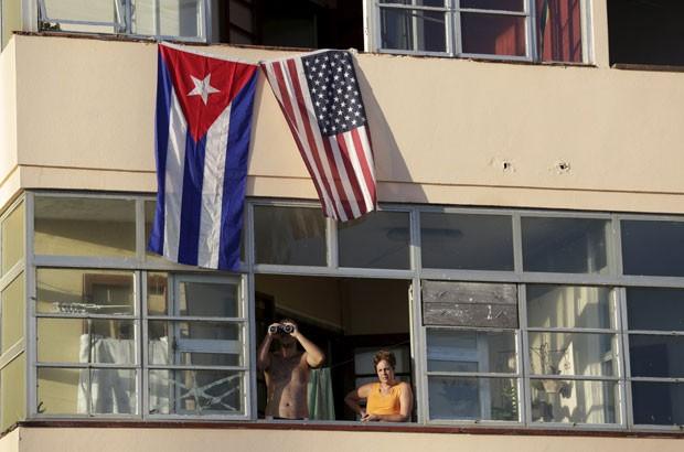 Cubanos que moram em frente à embaixada americana em Havana aguadaram para ver reinauguração oficial da representação dos EUA em Cuba (Foto: Enrique De La Osa/Reuters)