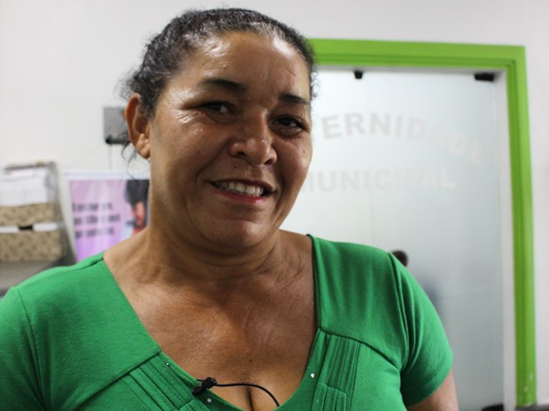 Josefa, avó do bebê, ajudou a fazer o parto em casa (Foto: Mariane Rossi/G1)