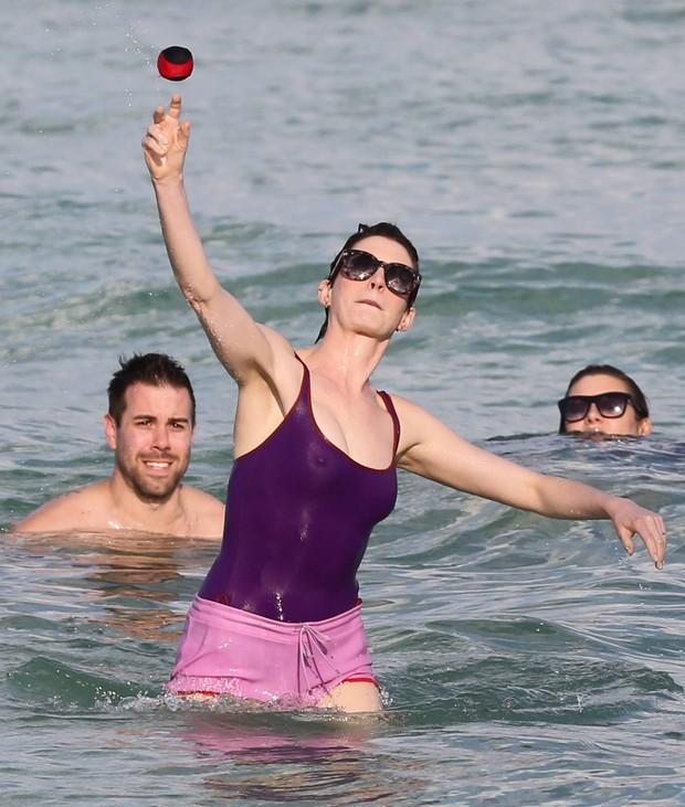 Anne Hathaway em praia em Miami, nos Estados Unidos (Foto: Grosby Group/ Agência)