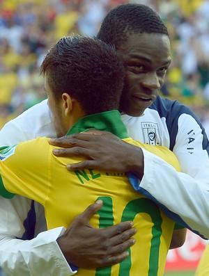 neymar balotelli brasil x italia copa das confederaçoes (Foto: AFP)