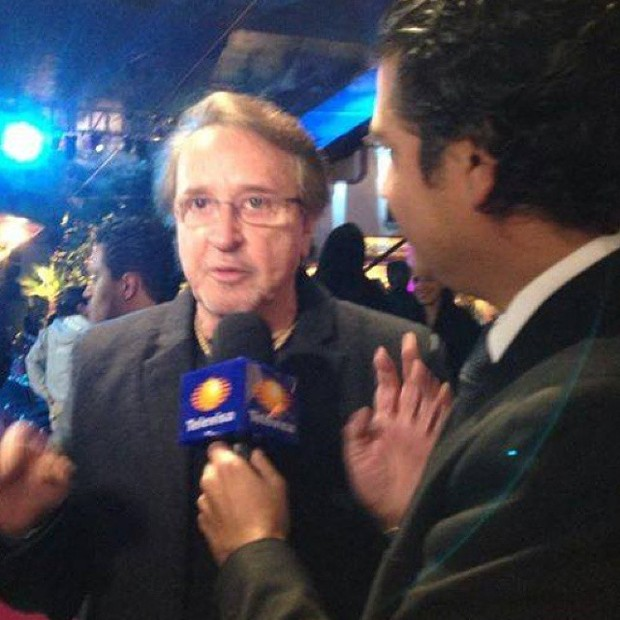 Carlos Villagran dando entrevista para Televisa  (Foto: Reprodução)
