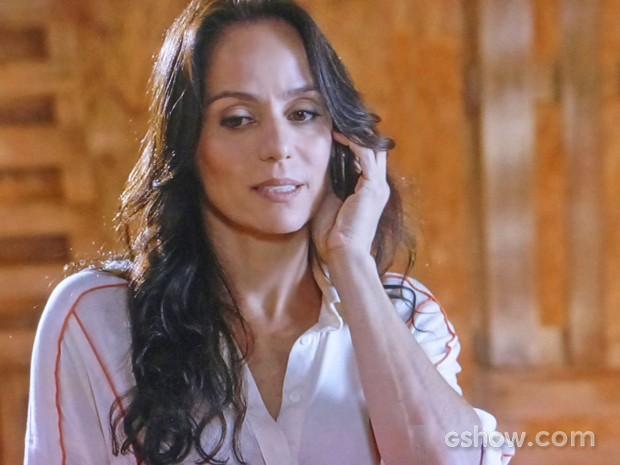 Ana atende o celular de Virgílio e provoca ciúmes em Helena (Foto: Em Família/ TV Globo)