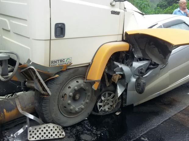 Veículo bateu de frente com caminhão e condutor morreu na hora. (Foto: PRF/ Divulgação)