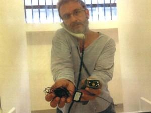 Doleiro exibe um aparelho que diz ter encontrado na cela (Foto: Luiz Gustavo Flores/arquivo pessoal)