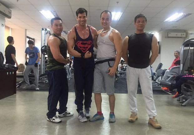 Ex-BBBB Roni Mazon exibindo seus músculos na China: Superman (Foto: Acervo pessoal)
