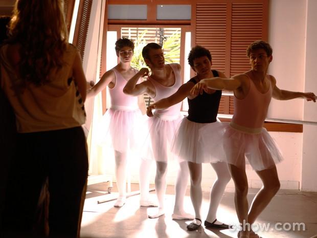 Os meninos ensaiam sob os cuidados de Meg (Foto: Inácio Moraes / TV Globo)