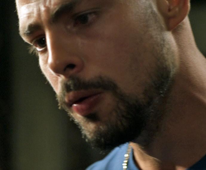 Ele se justifica, mas depois corre para ajudar Merlô (Foto: TV Globo)