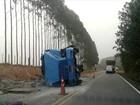 Caminhão carregado com cimento tomba em rodovia de Buri