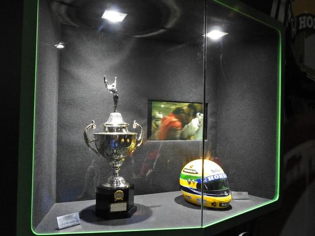 Capacete e troféu de campeão são alguns dos itens da exposição itinerante  (Foto: Adneison Severiano/G1 AM)