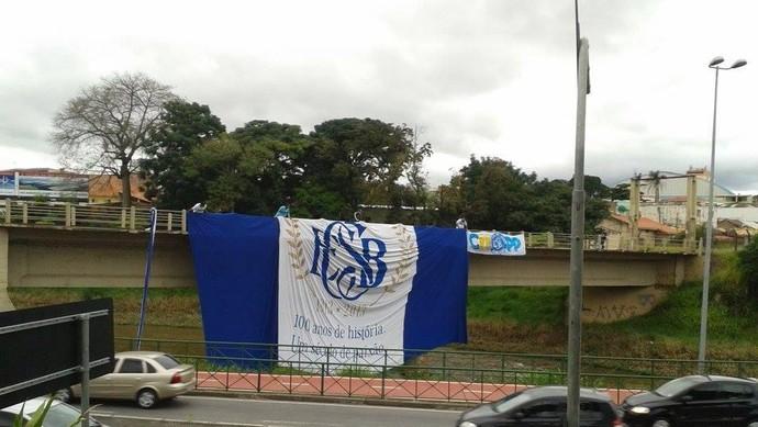 Bandeira do São Bento foi estendida em linha férrea de Sorocaba  (Foto: Almir Laurindo)