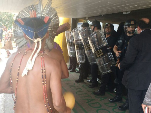Policiais do Batalhão de Choque em frente ao Anexo IV da Câmara dos Deputados durante protesto de índios contra PEC do teto de gastos (Foto: Elielton Lopes/G1)