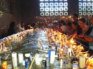 Romeiros visitam a sala das velas, no Santuário Nacional (Foto: Fernanda Ferezim)