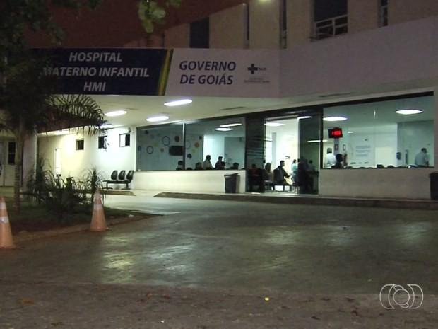 Jovem é baleado em frente ao Hospital Materno Infantil, em Goiânia, Goiás (Foto: Reprodução/ TV Anhanguera)