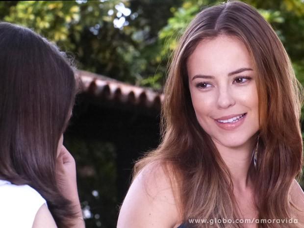 Paloma fica feliz ao revelar para menina que é sua mãe biológica (Foto: Amor à Vida / TV Globo)