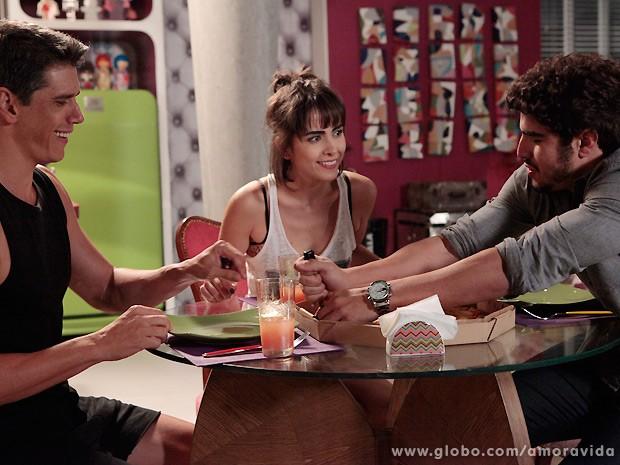 Michel tenta fazer surpresa para Patrícia, mas acaba tendo que jantar com Guto (Foto: Amor à Vida / TV Globo)