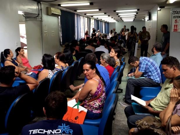 Agência central do INSS ficou lotada nesta segunda-feira (25), em Goiânia (Foto: Murillo Velasco/G1)