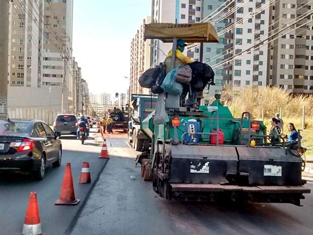 Trânsito teve faixa bloqueada durante obra de recapeamento na avenida Araucárias, em Águas Claras, no DF (Foto: Lucas Nanini/G1)