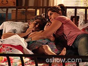 Cadu, Ivan e Clara ficam agarradinhos em cena (Foto: Carol Caminha / TV Globo)