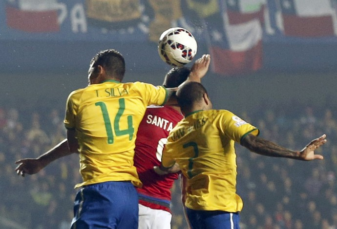 Thiago Silva pênalti Brasil Paraguai (Foto: Reuters)