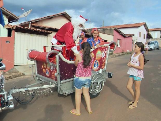Triciclo virou 'trenó' de Papai Noel para crianças em Elói Mendes, MG (Foto: Reprodução EPTV)