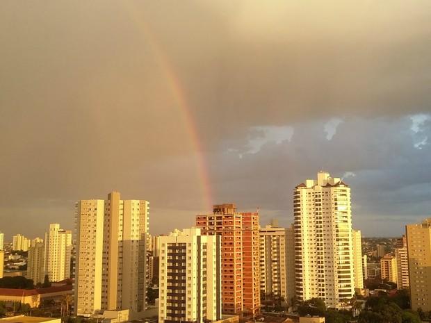 Arco-íris no céu de Campo Grande na tarde desta segunda-feira (4) (Foto: Josane Cruz/Arquivo pessoal)