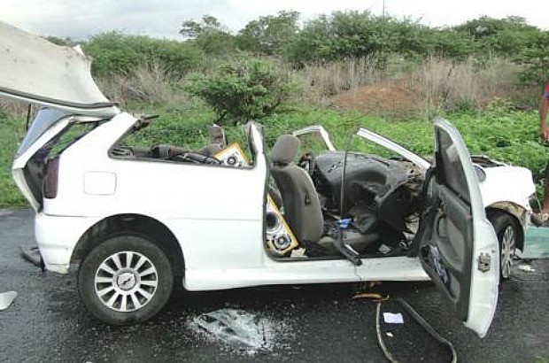Perícia vai apurar qual dos motoristas dirigiu irregularmente e ocasionou o acidente (Foto: Nova Difusora)