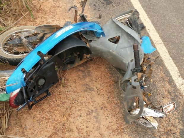 Moto ficou destruída após colisão entre veículos (Foto: Ariquemes 190/Reprodução)