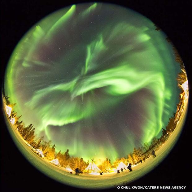 A aurora boreal é resultado da energia liberada por campos magnéticos solares, que expelem grandes quantidades de partículas carregadas em alta velocidade a partir do sol. Ao longo do campo magnético da Terra, nas regiões polares, elas interagem com oxigênio e nitrogênio para produzir uma mágica dança de luzes vermelhas, verdes e roxas no céu à noite (Foto: O Chul Kwon/Caters News)