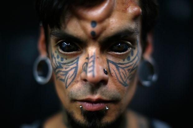 Carlos Dehaquiz tatuou inclusive a língua e os olhos  (Foto: Jorge Silva/Reuters)