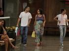 Regiane Alves exibe o barrigão de gravidez em passeio com o marido