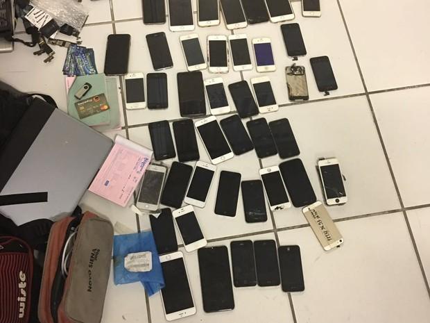 Polícia apreendeu celulares roubados e furtados em loja no Centro do Recife (Foto: Ascom Polícia Civil de Pernambuco)