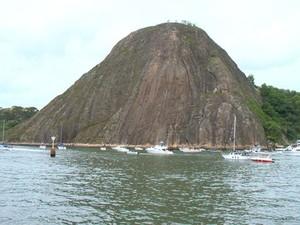 Barcos passam ao lado do Penedo, na Baía de Vitória (Foto: Reprodução/ TV Gazeta)