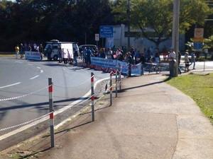 Funcionários da Unicamp fecham portarias que dão acesso à universidade em Campinas (Foto: Camila Leal )