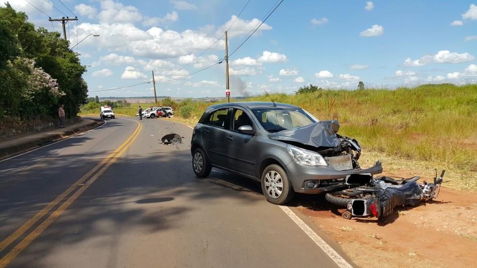 Motociclista foi socorrido em estado grave e garupa morreu no local (Foto: Acontece Botucatu/Divulgação)
